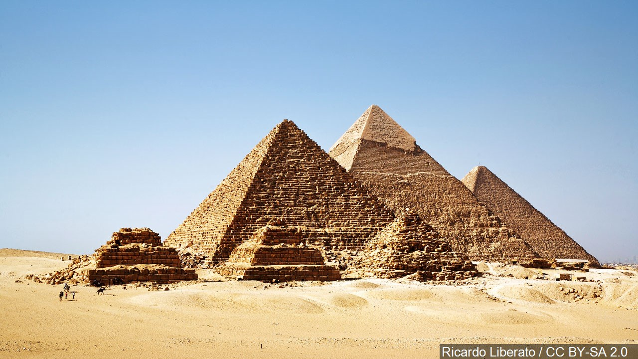 Bomb Hits Tourist Bus Near Egypt S Giza Pyramids Wounds 16